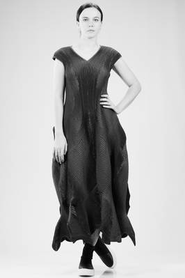 long 'sculpture' dress in polyurethane, silk and polyester steam-stretch plissé  - 47
