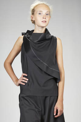 132 5. Issey Miyake – hip length top in smooth a-poc canvas of polyester  - 47